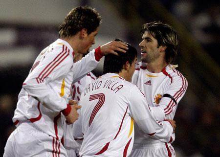 图文:热身赛 西班牙VS科特迪瓦 队友庆祝进球