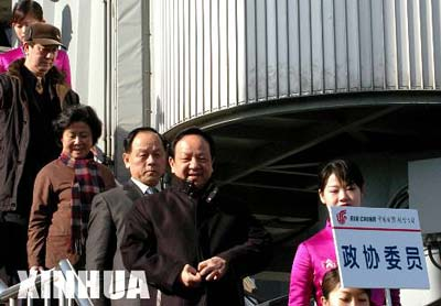 两会全国政协委员陆续抵京(组图)