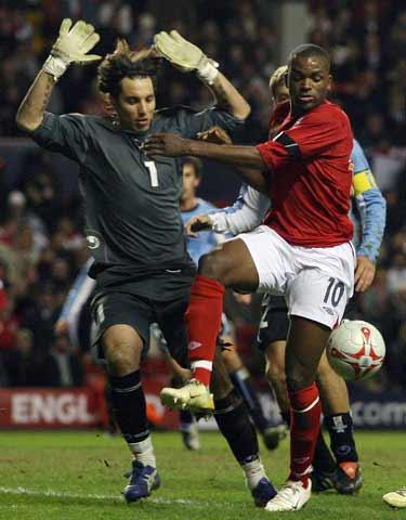 图文:热身赛英格兰vs乌拉圭 本特恶斗卡里尼
