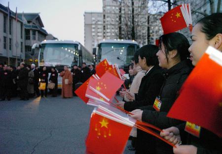 组图:第一批人大代表抵达北京