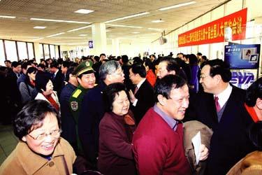 在沪全国人大代表政协委员中午赴京