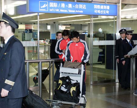 图文:亚洲杯预选赛后国足返京 国脚归来不抬头