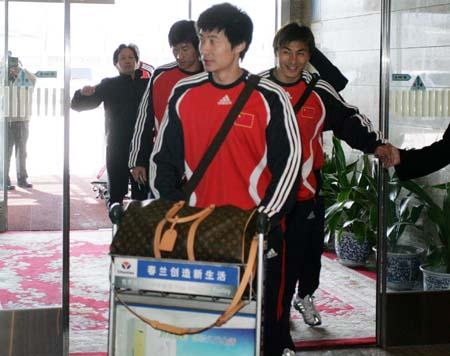 图文:亚洲杯预选赛后国足返京 中国队回家