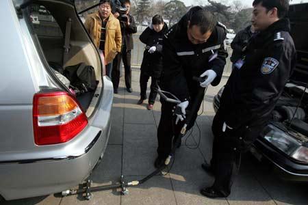 机器人对两会车辆进行防爆检查 一辆车8秒钟