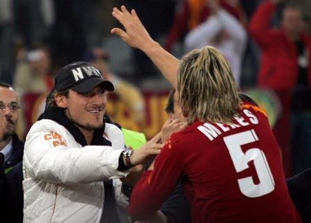 图文:罗马vs国际米兰 梅克斯与托蒂庆祝进球