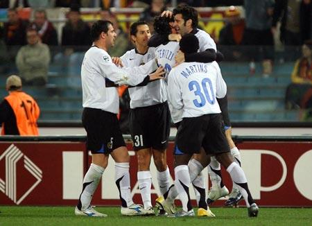 图文:罗马vs国际米兰 国米球员庆贺胜利