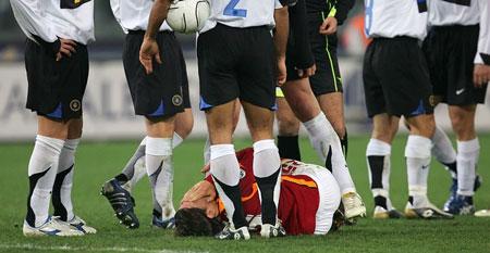 图文:意甲 罗马vs国际米兰 罗马球员倒地