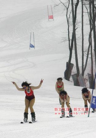 长春举行滑雪比赛 美女壮男身穿泳衣滑雪(组图)