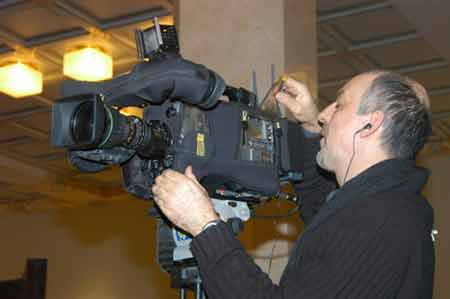 图文:外国记者调试摄像机