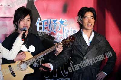 小齐在胡彦斌的伴奏下演唱了《好时代》