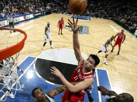 NBA图:火箭VS森林狼 姚明恢复猛男本性