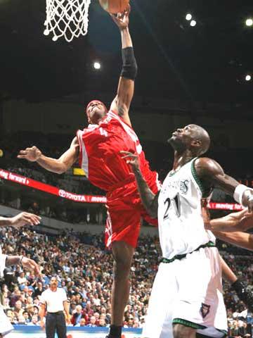 NBA图:火箭VS森林狼 弹簧人表演惊人弹跳