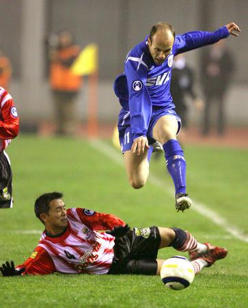 图文:亚冠上海申花3-1越南隆安 尤万诺维奇突破