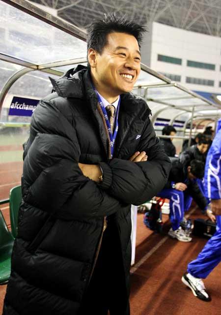 图文:申花VS隆安FC 吴金贵在比赛现场