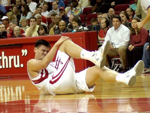 NBA图片:火箭VS步行者 姚明膝部受伤