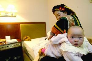 贵州布依族女代表带女儿参加两会(图)