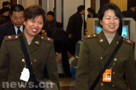 组图:参加大会的代表和记者陆续入场