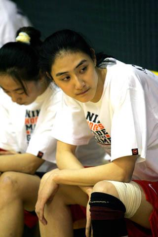 图文:中国国家女篮集训 八一队二中锋陈丽莎