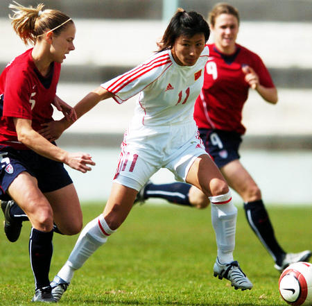 图文:阿尔加夫杯中国vs美国 白莉莉带球突破