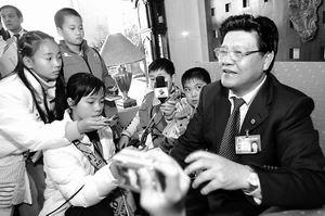 广东小记者访代表:书包太重能放学校么?(图)