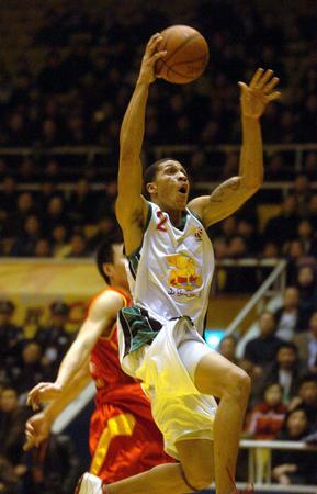图文:山东胜陕西 山东队球员琼斯带球上篮