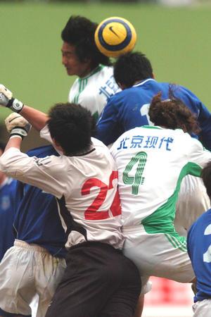 图文:青岛中能0-0北京现代 球员门前争顶