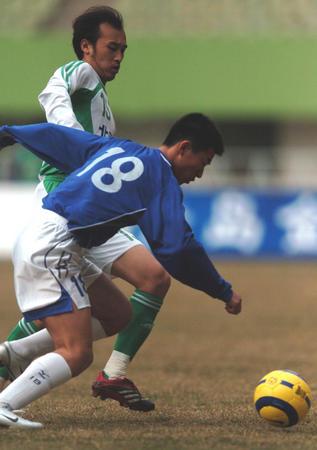 图文:青岛中能0-0北京现代 陶伟刘志勇拼抢