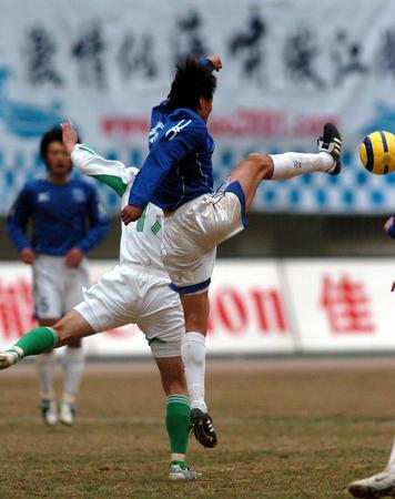 图文:青岛中能0-0北京现代 刘俊威与对手拼抢