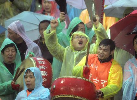 图文:武汉2-0胜沈阳金德 球迷雨中为球队呐喊