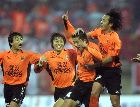 图文:武汉2-0胜沈阳金德 周熠和队友庆祝进球