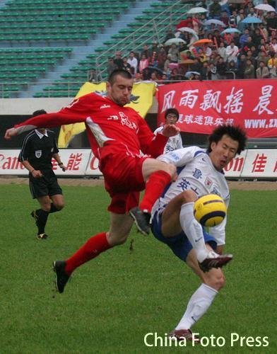 图文:山东客场3-1击败厦门 耶利奇王亮对抗