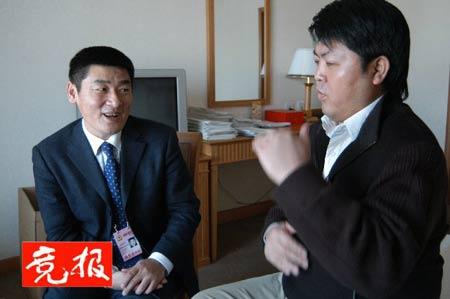 聚焦:聋人委员于兵和他的手语翻译(图)
