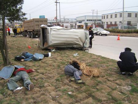 死亡?y?#_省城发生一起特大车祸 少年殒命回校路(图)