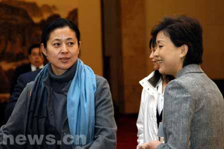 组图:全国政协委员倪萍与杨澜在闭幕会前交谈