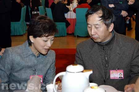 组图:全国政协委员杨澜冯小宁在闭幕会前交谈