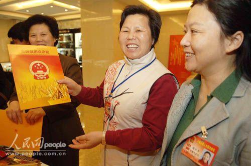组图:农民代表买邮册