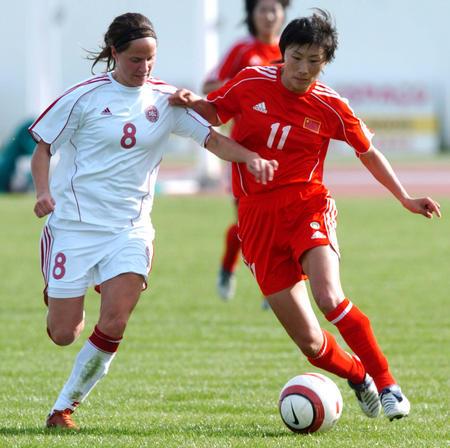 图文:阿尔加夫杯-中国队大胜丹麦队 白莉莉拼抢