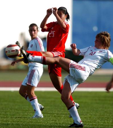 图文:阿尔加夫杯-中国队大胜丹麦队 张娜拼抢中
