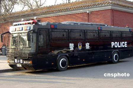 图文:新型公安特种防暴车在北京天安门前待命