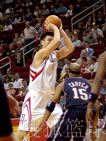 NBA图:火箭VS网 姚明外线持球