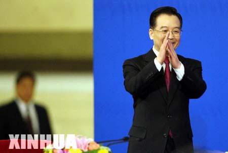 组图:温家宝总理答中外记者问 向记者亲切致意