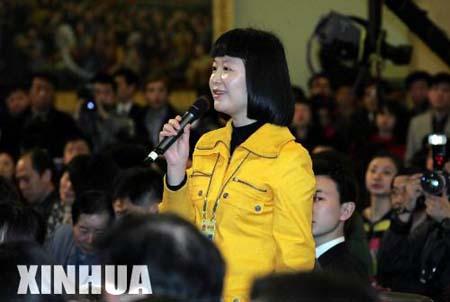 组图:总理记者招待会上记者提问