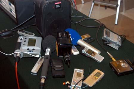 图文:记者放在现场音箱旁的录音设备