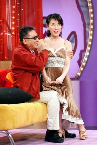 戈伟如坐李敖大腿撒娇 俩美女猛拍马屁(组图) -搜狐娱乐