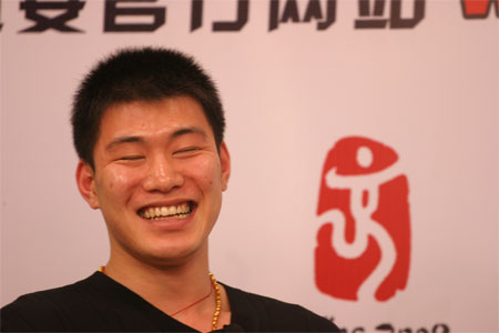 图文:张丹/张昊做客聊天 张昊笑开了怀