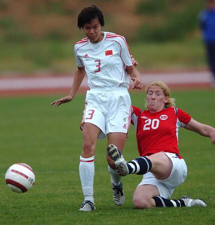 图文:阿杯中国负于挪威获第六 李洁比赛中争抢