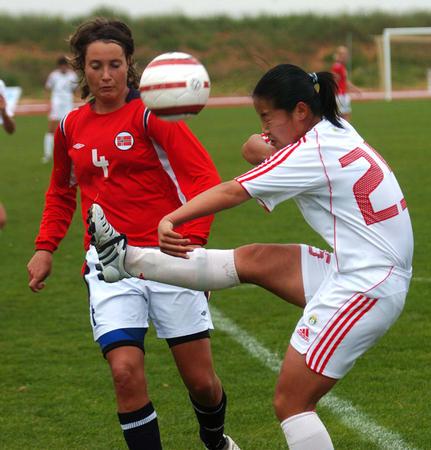 图文:阿杯中国负于挪威获第六 张娜比赛中争抢