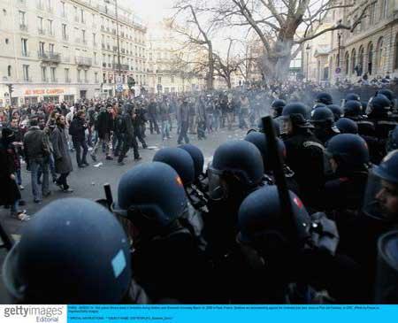 法国学生骚乱波及2/3大学 希拉克要求进行对话