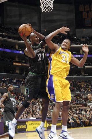 NBA图:湖人VS森林狼 加内特与图里亚夫抢篮板