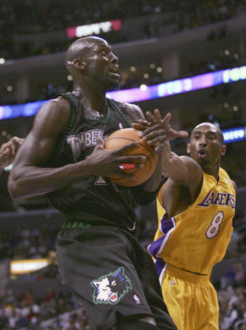 NBA图:湖人VS森林狼 科比加内特争夺